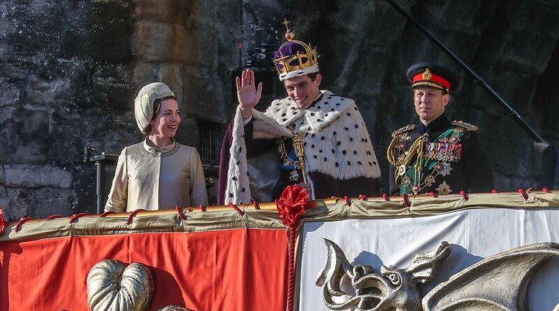 6339966 6402989 The Crown Season 3 Olivia Colman and Josh O Connor filmed in Cae a 11 1542562129060 | THE CROWN SEASON 3: LANJUTAN KISAH-KISAH MENARIK KELUARGA KERAJAAN INGGRIS (MAJOR SPOILER ALERT)